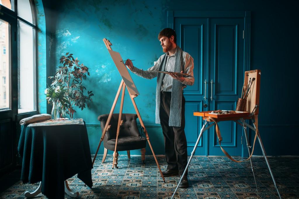Mężczyzna malujący obraz